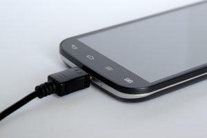 blur cellphone charging 209727 300x200 - 7 dicas para a bateria do celular durar mais tempo