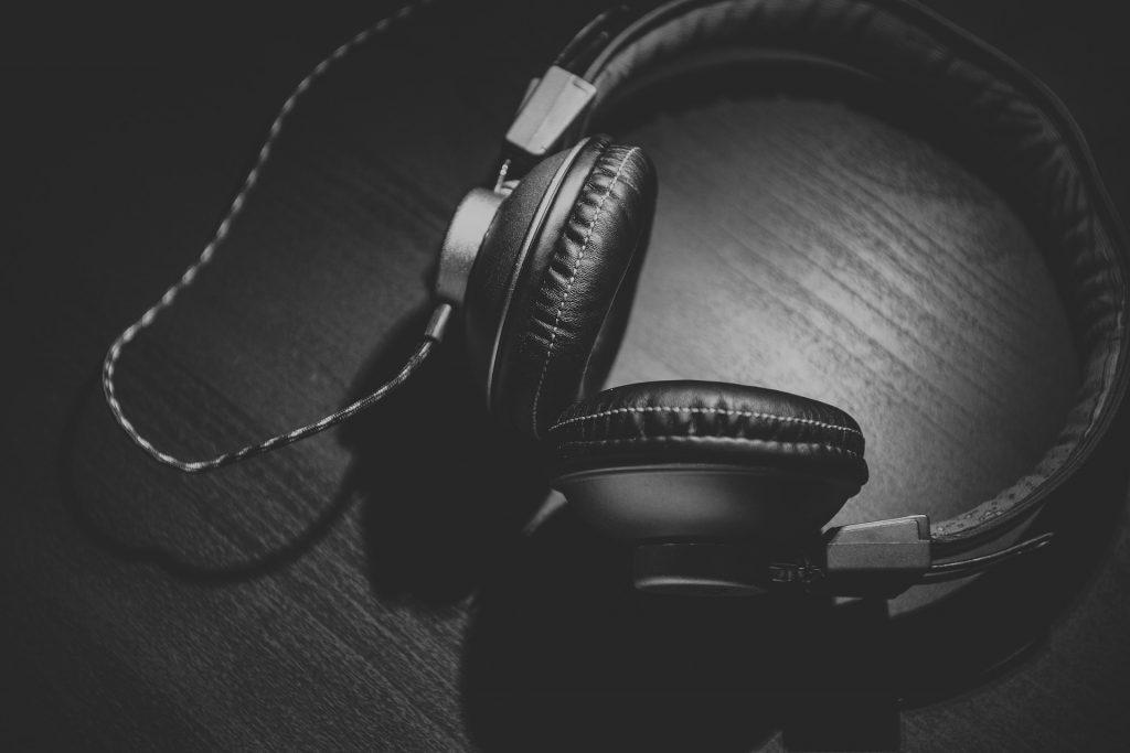 headphones 690685 1920 1024x683 - Dicas para escolher o fone de ouvido ideal