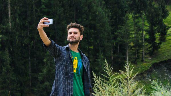 pexels farhan ullah baig 1053845 600x337 - 11 dicas pra tirar a selfie perfeita
