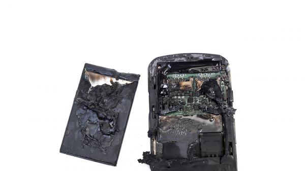 bateria explodindo 600x337 - Quais os perigos da bateria de celular?