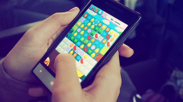 Descubra o que buscar na tela de um celular gamer, e como analisar o aparelho completo.