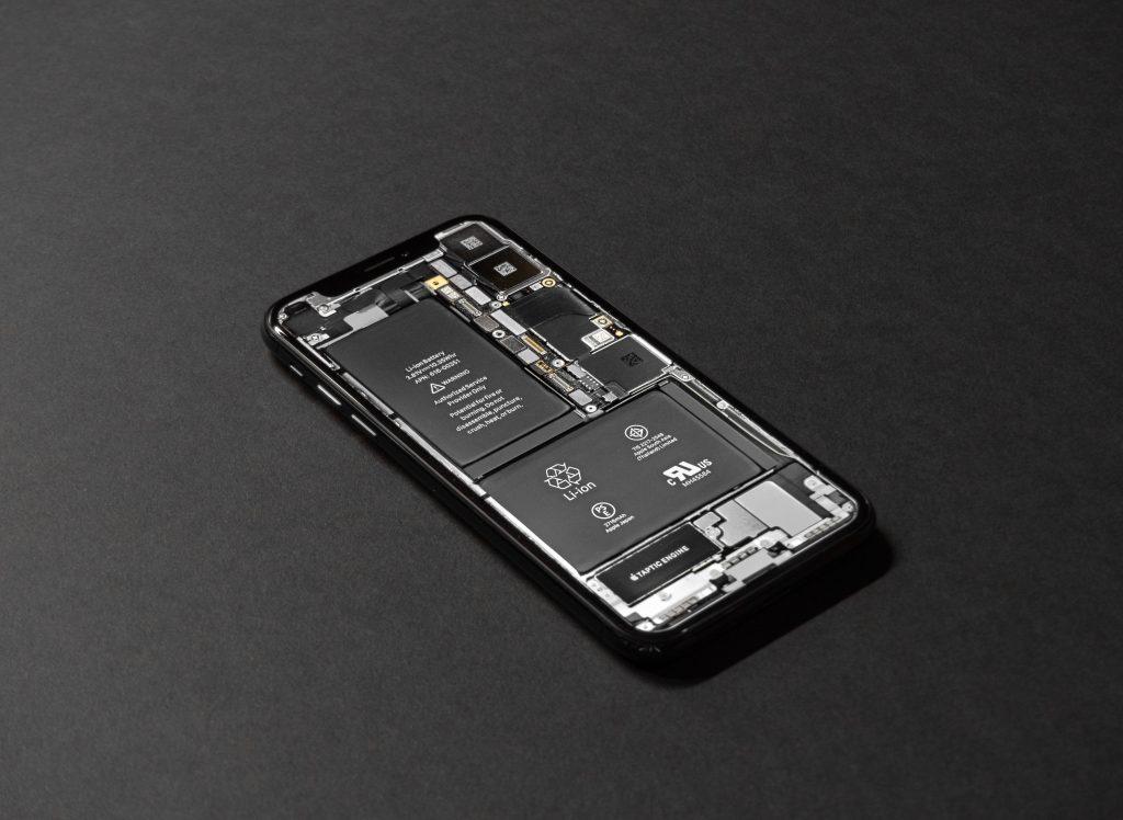 pexels tyler lastovich 719399 2 1024x748 - Como trocar a bateria do celular em casa