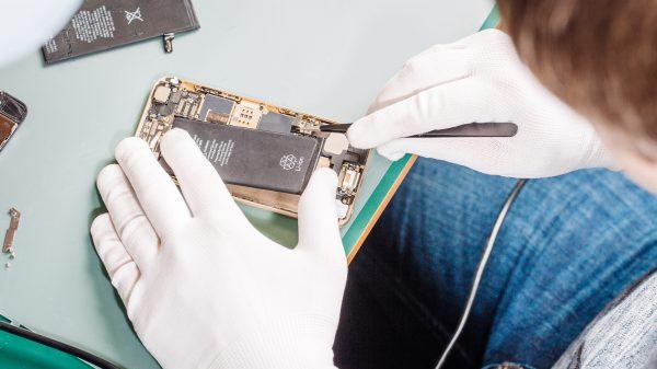A manutenção de componentes internos do celular exige cuidados sérios e que oferecem perigos reais quando não seguidos. Saiba tudo no post do Blog.